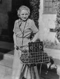 Mulher com bicicleta e rádio (todas as pessoas descritas não são umas vivas mais longo e nenhuma propriedade existe Garantias do  Fotos de Stock Royalty Free