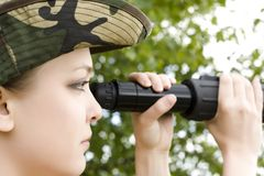 Mulher com binocular Foto de Stock Royalty Free