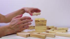 Mulher com blocos de jogo de madeira da torre vídeos de arquivo