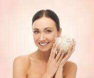 Mulher com a bola de sal para banhar-se fotos de stock