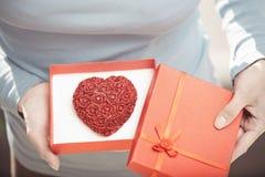 Mulher com bolo romântico imagem de stock royalty free