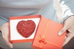 Mulher com bolo romântico fotografia de stock royalty free