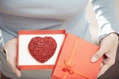 Mulher com bolo romântico fotos de stock royalty free