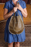 Mulher com a bolsa de couro verde fotos de stock royalty free