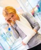 Mulher com braço quebrado Imagem de Stock