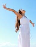A mulher com braços abre a apreciação de sua liberdade Imagens de Stock Royalty Free