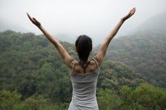 Mulher com braços estendido que aprecia a vista Fotografia de Stock