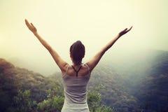 Mulher com braços estendido que aprecia a vista Fotos de Stock