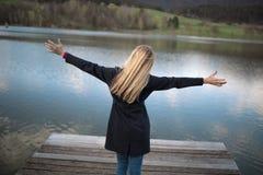 Mulher com braços esticados que aprecia a vida fotografia de stock