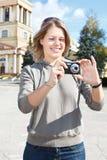 Mulher com câmera compacta Fotografia de Stock