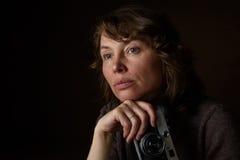 Mulher com câmera retro Imagens de Stock