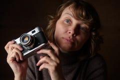 Mulher com câmera retro Foto de Stock Royalty Free