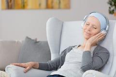 Mulher com câncer na poltrona imagens de stock