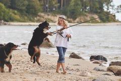 Mulher com cães Fotografia de Stock Royalty Free