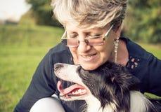 Mulher com cão fotografia de stock royalty free