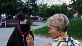 Mulher com cão preto filme