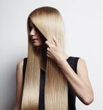 Mulher com cabelo blondy ideal foto de stock