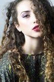 Mulher com cabelo curly imagem de stock royalty free