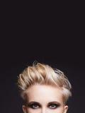 Mulher com cabelo curto louro imagem de stock royalty free