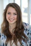 Mulher com cabelo de Brown e olhos azuis bonitos Fotografia de Stock
