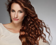 Mulher com cabelo encaracolado bonito Fotografia de Stock