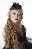 Mulher com cabelo encaracolado no chapéu bonito Foto de Stock Royalty Free