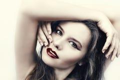Mulher com cabelo longo e os bordos vermelhos fotografia de stock