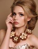 Mulher com cabelo louro e composição brilhante com colar luxuoso fotos de stock