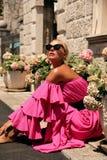 Mulher com cabelo louro no vestido cor-de-rosa luxuoso, tendo o verão VAC imagens de stock royalty free