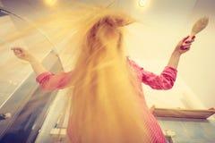Mulher com cabelo louro windblown longo fotografia de stock