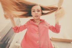 Mulher com cabelo louro windblown longo imagens de stock