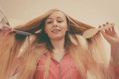 Mulher com cabelo louro windblown longo imagem de stock