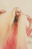 Mulher com cabelo louro windblown longo foto de stock