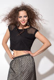 Mulher com cabelo marrom curly fotografia de stock