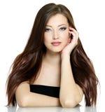 Mulher com cabelo marrom longo Imagens de Stock Royalty Free