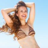 Mulher com cabelo moreno longo no seacoast que olha na distância fotos de stock royalty free
