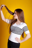 Mulher com cabelo. problema? foto de stock