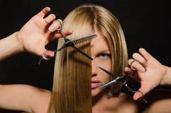 Mulher com cabelo reto e tesouras Fotografia de Stock Royalty Free