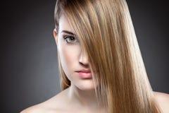 Mulher com cabelo reto longo Foto de Stock Royalty Free