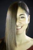 Mulher com cabelo reto na frente de sua face Foto de Stock Royalty Free
