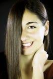 Mulher com cabelo reto na frente de sua face Fotografia de Stock