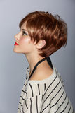Mulher com cabelo vermelho curto fotografia de stock royalty free
