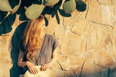Mulher com cabelo vermelho longo imagens de stock royalty free