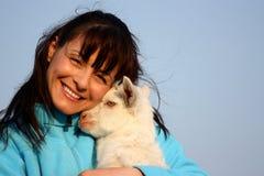 Mulher com cabra do bebê (miúdo) fotos de stock royalty free