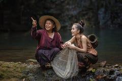 Mulher com cachoeira foto de stock royalty free