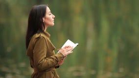 Mulher com caderno video estoque