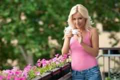 Mulher com café no balcão fotografia de stock