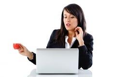 Mulher com café no trabalho Fotos de Stock