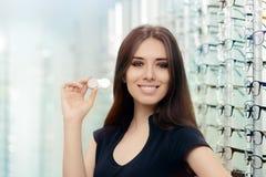 Mulher com a caixa de lentes do contato na loja ótica Fotografia de Stock Royalty Free