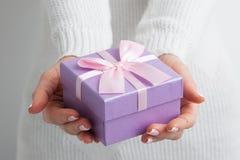 Mulher com caixa de presente decorada imagens de stock